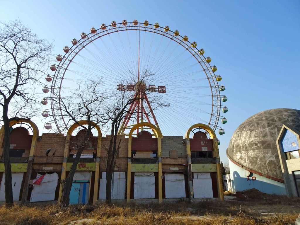 abandoned_restaurant_cinema_and_ferris_wheel_light